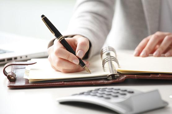 abogados en alcorcón - mujer escribiendo