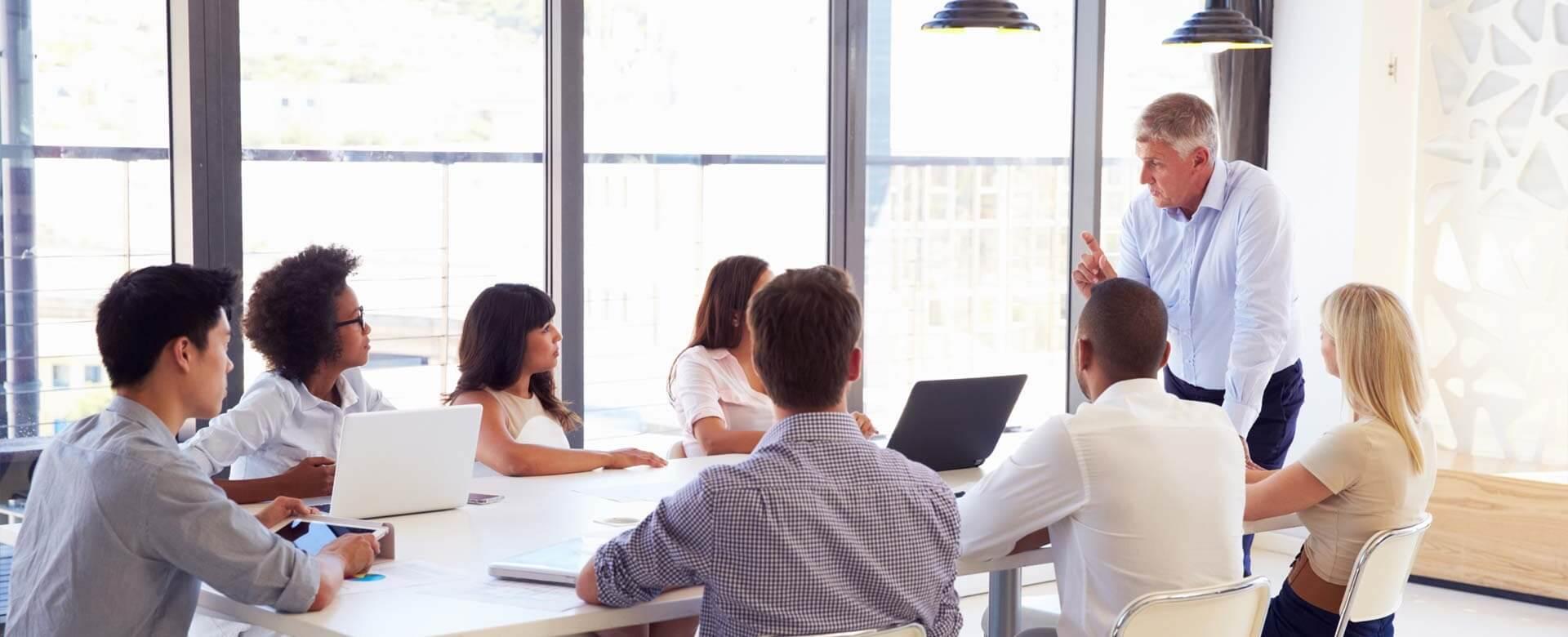 Abogado asesorando a clientes en una oficina. Slider 1