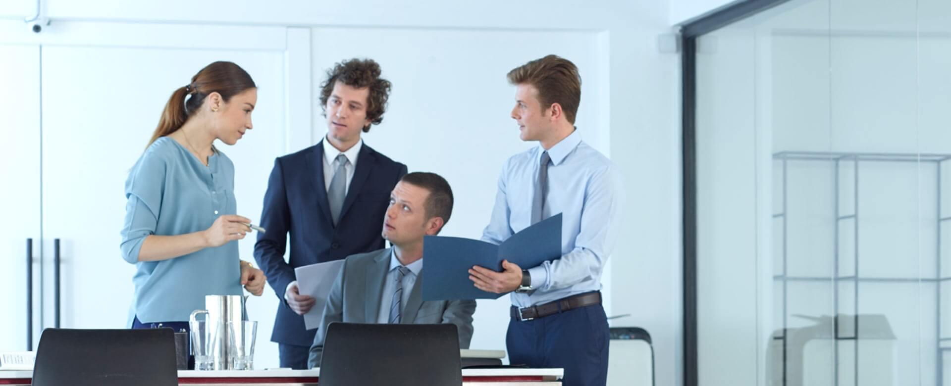 Grupo de asesores y abogados hablan en una oficina. Slider 2