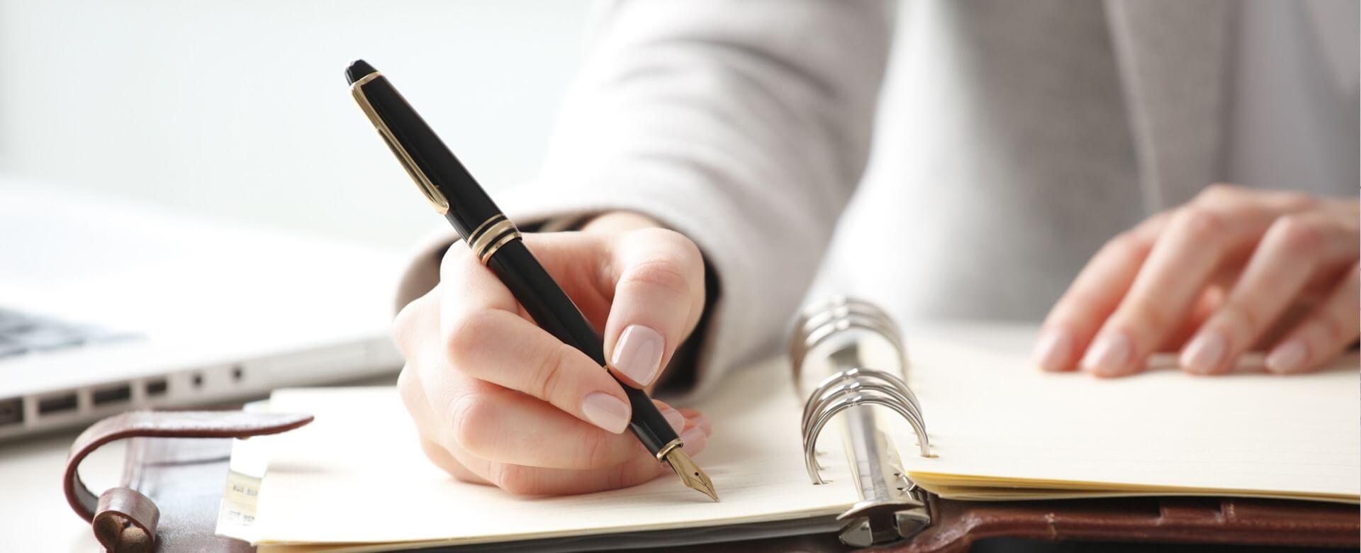 Mano de mujer escribiendo con pluma. Slider 3