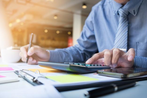 hombre-finanzas-negocios-calculando-numeros-presupuesto-facturas-asesor-financiero-trabajando_1423-119