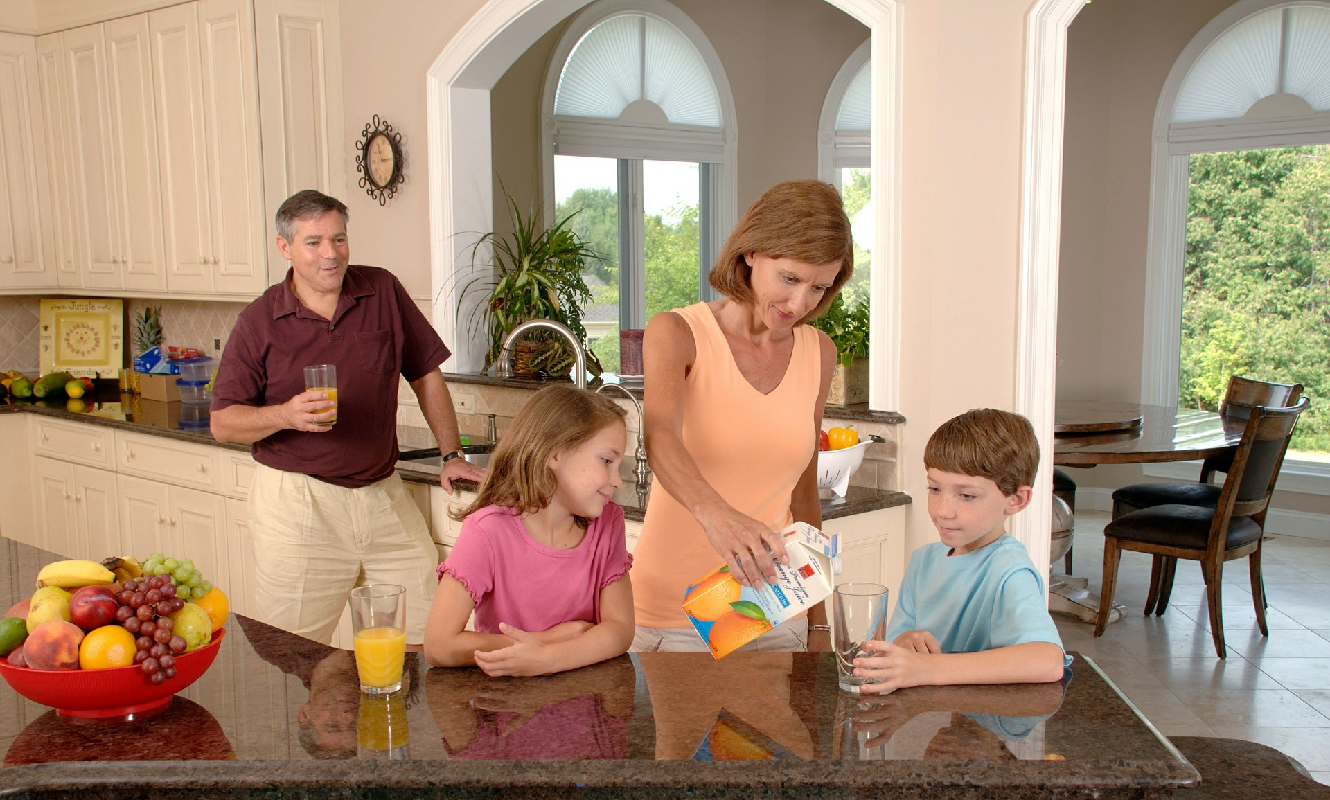 family-drinking-orange-juice-619144_1920
